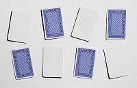 表裏で並ぶ白紙のトランプカード
