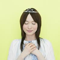 ティアラをつけ祈る日本人女性
