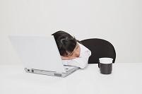 居眠りをするビジネス女性
