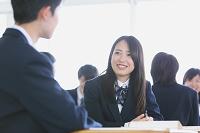 授業中ディスカッションする男女高校生
