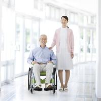 車イスに乗ったシニア男性と看護師