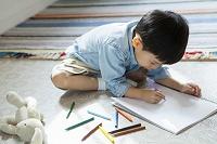 お絵描きする日本人の男の子