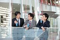 休憩中の日本人ビジネスマン