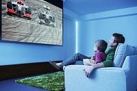 居間でテレビをみている親子