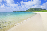沖縄県 明石海岸とトムル岳