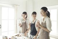 飲みながらお菓子作りをする20代女性