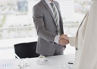 握手をする男性 ビジネス