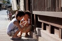 路地で遊ぶ少年 安芸の小京都