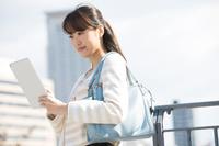 タブレットを見ている日本人女性