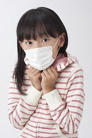 マスクをして震える女の子