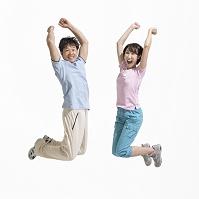 ジャンプする夫婦