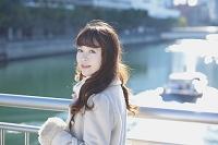 川沿いを歩く日本人女性
