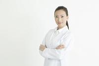 白衣を着た20代日本人女性