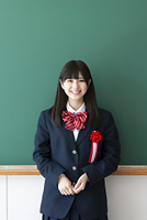 胸章を付け微笑む女子学生