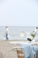 海辺のテーブル上のシャンパン