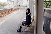 駅にいる制服女子