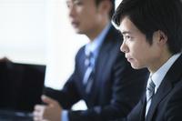 会議をしている日本人ビジネスマン
