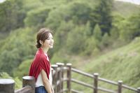 新緑の公園でくつろぐ日本人女性