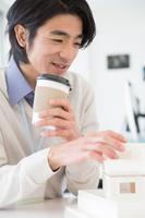 建築模型を見ている日本人男性