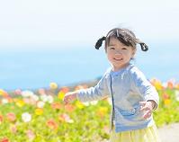 花畑を歩く女の子 日本人の子供