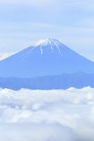 山梨県 乙女高原 残雪の富士山と雲海