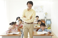 低学年のクラスを持つ小学校の先生