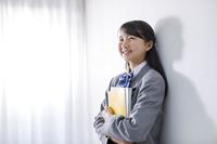 教科書を持つ女子中学生