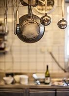 厨房にぶら下がっている調理器具