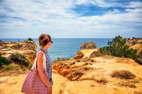 海を眺める女性