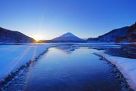 山梨県 富士河口湖町 富士山と朝日と結氷した精進湖