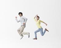 ジャンプをする日本人カップル