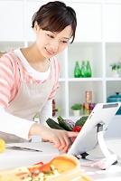 タブレットでレシピを見ている日本人女性