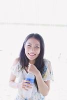 ペットボトルの水を持つ日本人女性