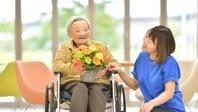 老人介護施設 誕生日のシニア女性