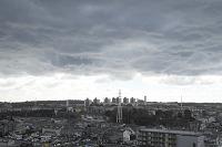 雨雲の下に広がる郊外住宅地