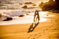 浜辺にいる若いカップル
