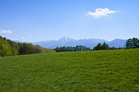 山梨県 牧草地と甲斐駒ケ岳