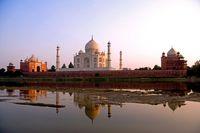 インド タージマハルとヤムナー川