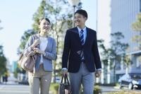 通勤する日本人夫婦