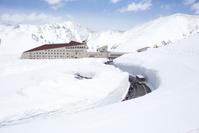 富山県 室堂ターミナルと雪の大谷