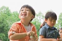 ペットボトルを持つ日本人の子供