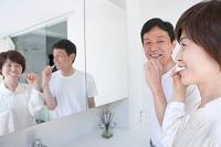 歯を磨く中高年夫婦