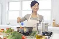 トマトソースを作る日本人女性