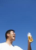 ビールを飲む日本人男性
