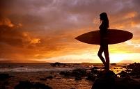 アメリカ合衆国 ハワイ マウイ島 サーフボードを持った女性の...