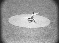 レトロファイル ボールを投げる野球投手