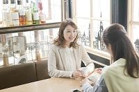 カフェで話す若い女性