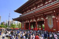東京都 三社祭で賑わう浅草寺の宝蔵門