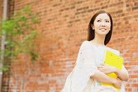 バインダーを持つ日本人女性