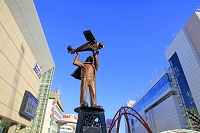 東京都 JR立川駅北口 アート 風に向かって